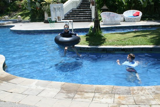 Sanur Paradise Plaza Suites: Boys having fun