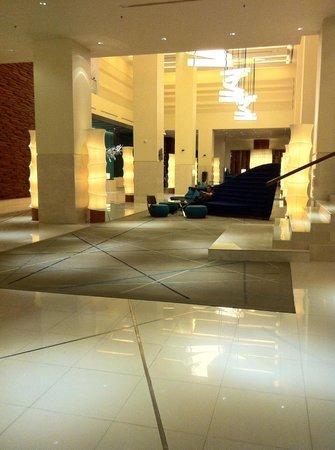 โรงแรมฮอลิเดย์ อินน์ พัทยา: Hotel Lobby