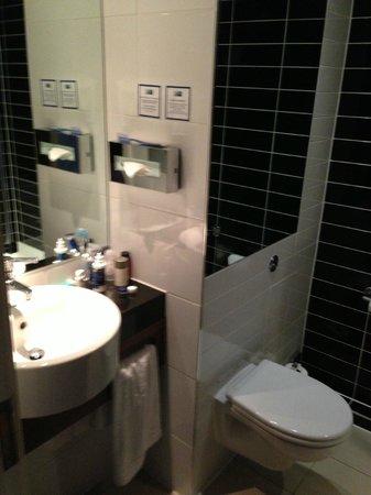 Holiday Inn Express London City : Lavandino essenziale ma funzionale