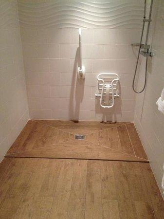 Hôtel Montaigne & Spa : douche du vestiaire du spa