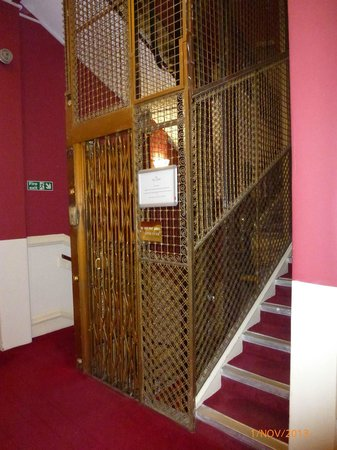 Chine Hotel: Very small lift