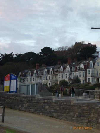 Chine Hotel: View up to hotel from Boscombe Beach