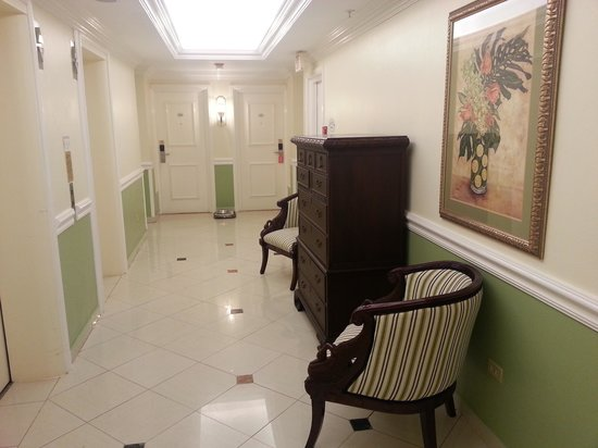 The Courtleigh Hotel and Suites: Communal corridor