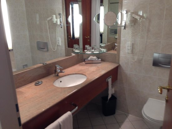 Prague Marriott Hotel: Bathroom
