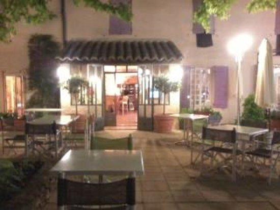 Hotel Montmirail: Evening at Montmirail