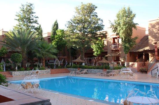 Hotel Le Fint : Jardin et piscine