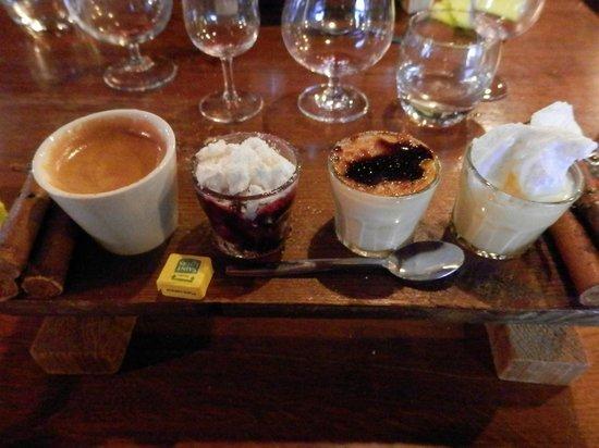 Auberge de l'Aiguillon: Le café gourmand, jamais le même et délicieux !