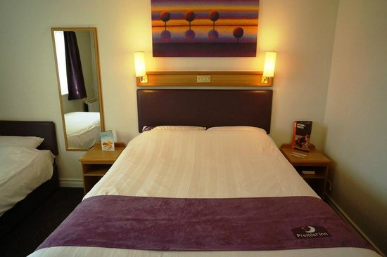 Premier Inn Guildford North (A3) Hotel: Premier Inn Guildford Central hotel room