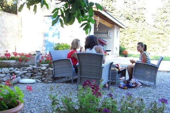 Le Mas des Hirondelles : detente au salon de jardin