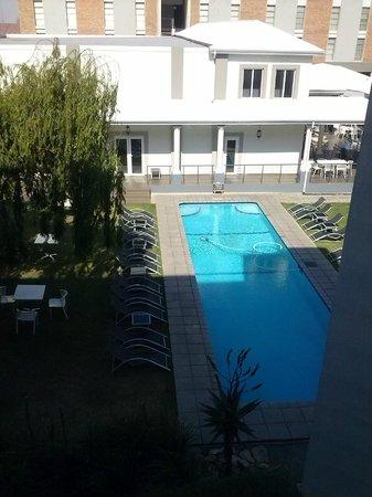 The Aviator Hotel OR Tambo: vista della piscina dal terzo piano