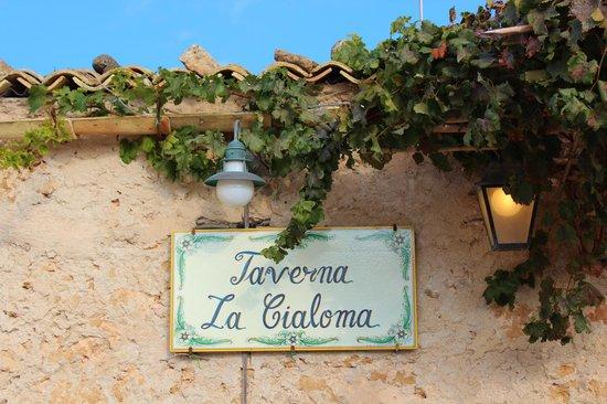 Taverna la Cialoma: The taverna from the plaza