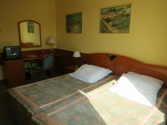 Hotel Krka: Bright but a little too small room