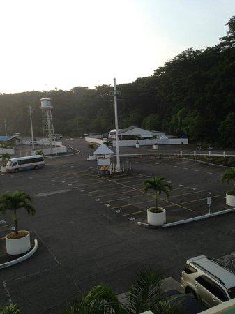 Camayan Beach Resort and Hotel: Parking