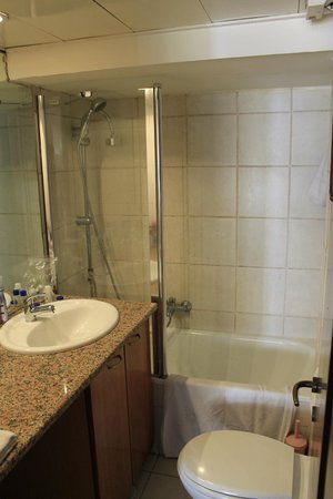 Dizengoff Beach Apartments: Bathroom