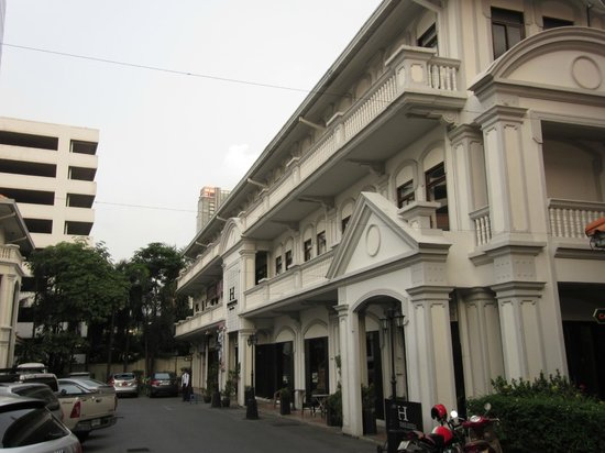 The Heritage Baan Silom Hotel: 低層の綺麗な建物