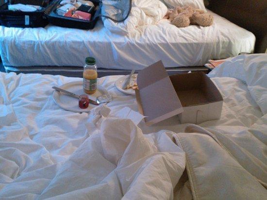 Hotel Sainte-Anne : pti dej sur le lit