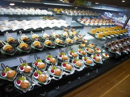 Alba Royal Hotel: yummy desserts