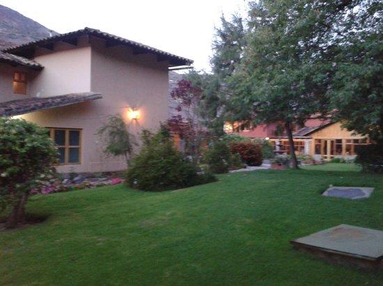 San Agustin Urubamba Hotel: le jardin devant le restaurant