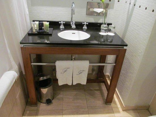 Fitzwilliam Hotel Dublin: Bathroom includes H2O amenities