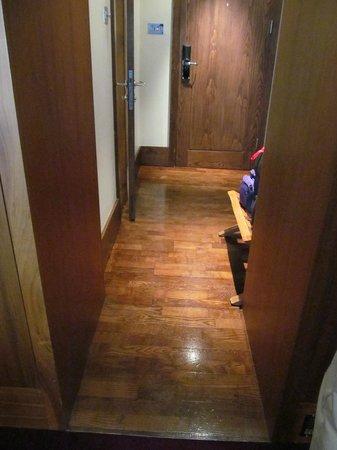 Fitzwilliam Hotel Dublin: Gorgeous wood floors in standard room entry
