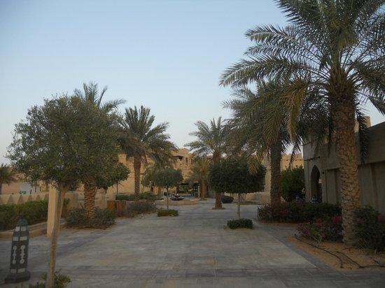 Qasr Al Sarab Desert Resort by Anantara: Walkways between rooms