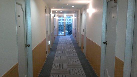 Hotel Shin Osaka: hotel hallway