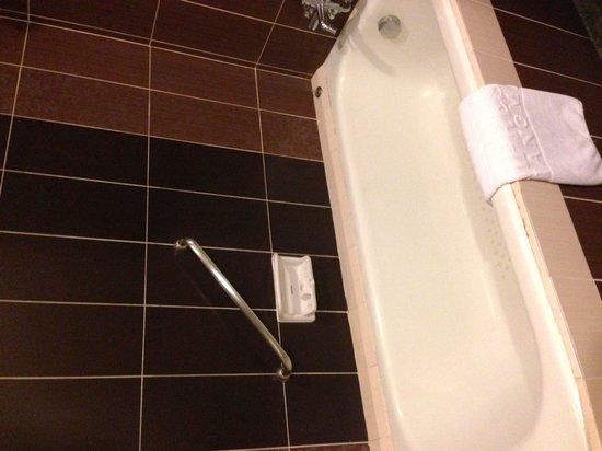 Empress Hotel: Bathroom