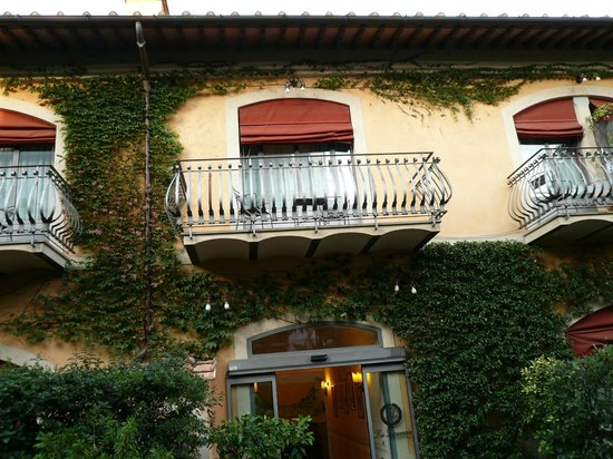 Hotel Monna Lisa: 庭から見たホテル