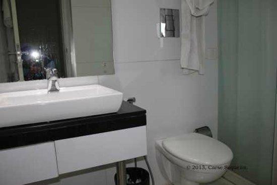 Sapphire Suites: Clean bathrooms