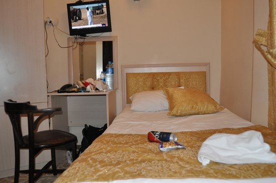 My Home Sultanahmet: Bed next to TV