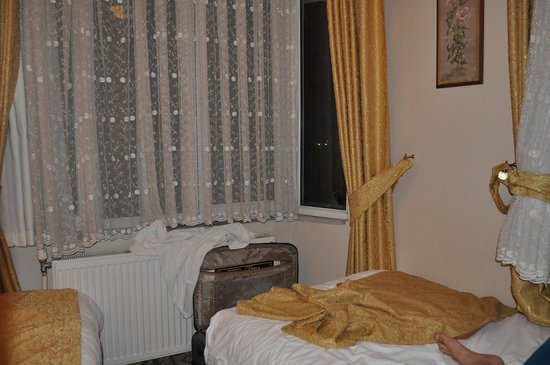 My Home Sultanahmet: Bed next to toilet
