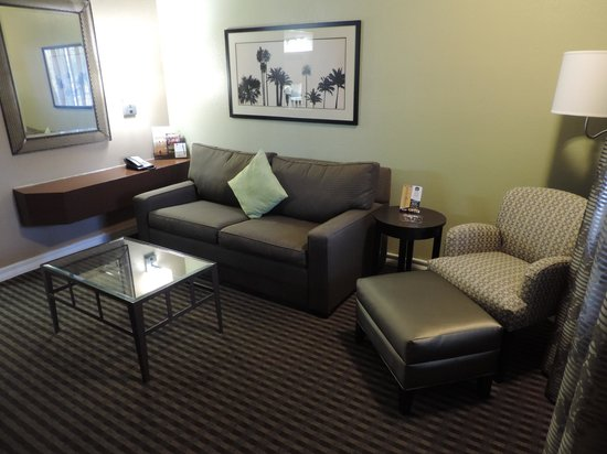 Best Western Royal Sun Inn & Suites: Living Room