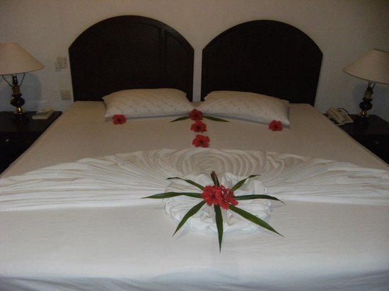 Biyadhoo Island Resort : il letto con decorazioni
