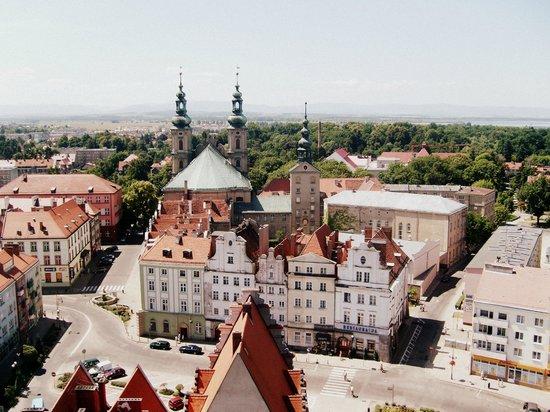 Widok z wieży ratuszowej: rynek i kościół św. Piotra i Pawła ...