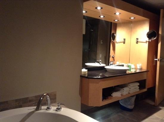 Hotel Dauphin Montreal Downtown : super modern bathroom