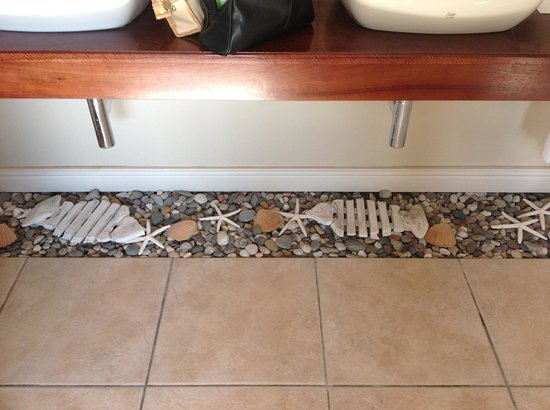 Lavender Manor Guest Lodge: A lovely design touch - the floor under the wash hand basins.