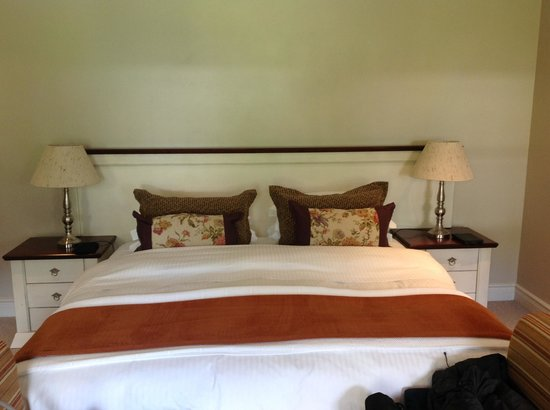 Lavender Manor Guest Lodge: Beautiful bedroom with chocolate on the pillow each evening