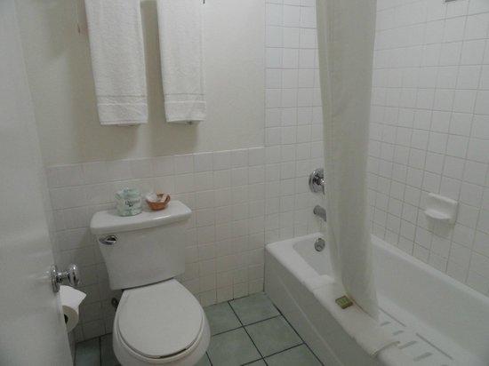 Super 8 Los Angeles-Culver City Area : Bathroom
