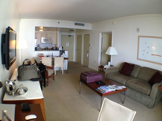 Sonesta Coconut Grove Miami: Living room area in 1 BR suite