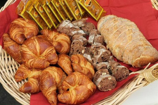 Bed & Breakfast Gallery Yasmine : Freshly baked pastries and breads