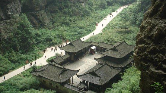 Wulong Tiankeng Three Bridges: ancient house inside