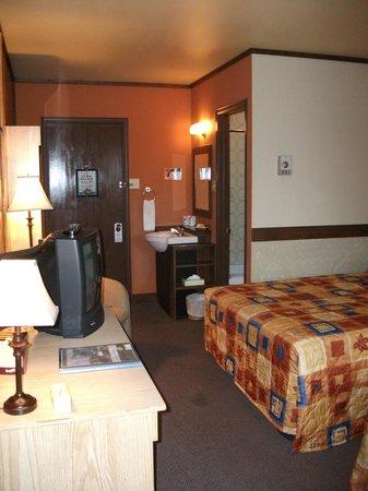 Hotel Roquemont: Chambre confort, T.V et petit réfrigérateur