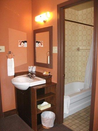 Hotel Roquemont: Petite chambre de bain et évier à l'extérieur de la chambre de bain