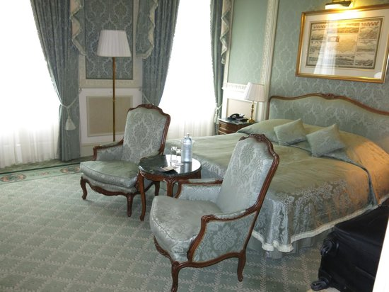 Grand Hotel Wien: This was our room, ehich also had a long hallway and dressing area
