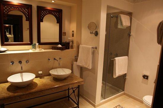 Hilton Ras Al Khaimah Resort & Spa : Bathroom in Beach Villa