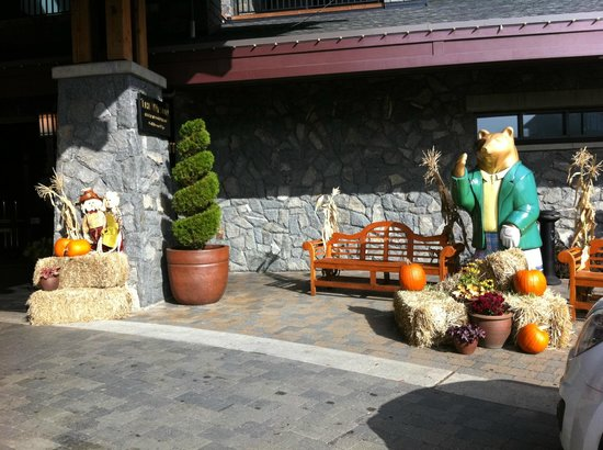 Westin Bear Mountain Victoria Golf Resort & Spa : Hotel front decorated for fall