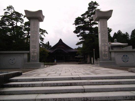 Koyasan Daishi Kyokai: 大師教会正面 奥が受戒堂