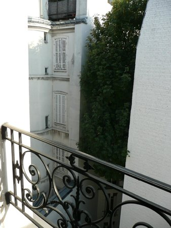 Hotel le Bellechasse: The courtyard below