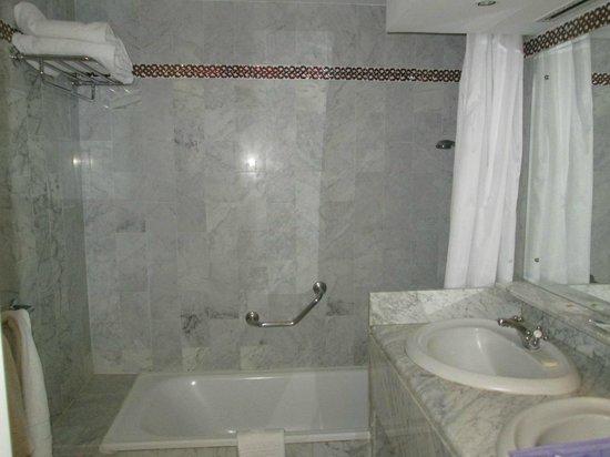 Abades Benacazon: Badewanne und Waschbecken