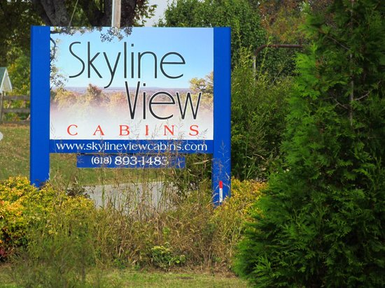 Skyline View Cabins: Entrance sign on the road